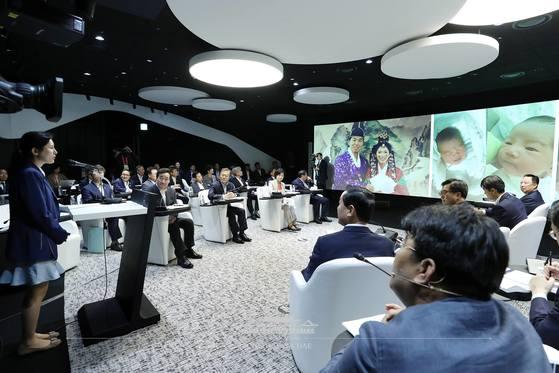 시각장애인 조현영씨가 17일 서울 마곡 R&D단지에서 열린 '2018년 대한민국 혁신성장 보고대회'에서 인공지능(AI) 스피커 등을 통해 아이를 편하게 돌볼 수 있게된 사연을 소개하고 있다. [사진 청와대 페이스북]