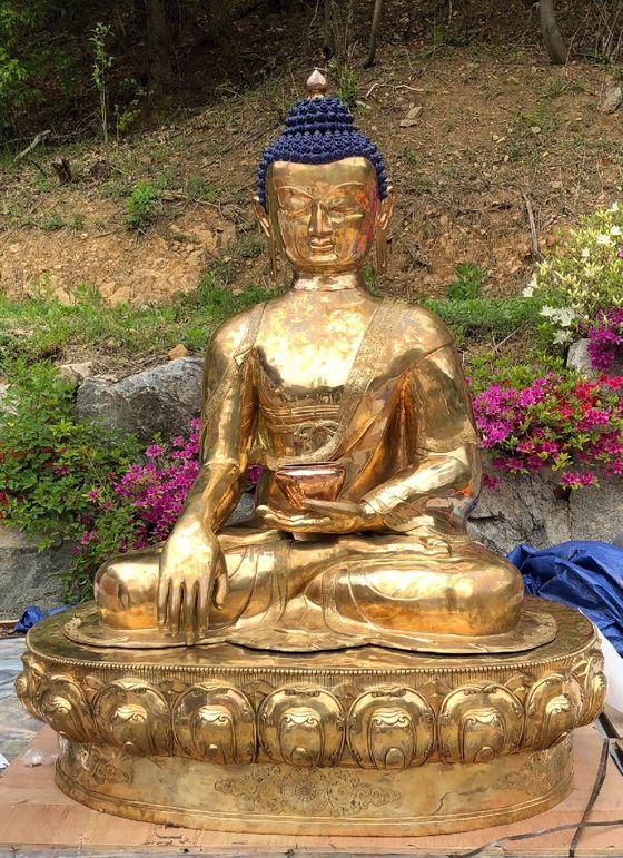 경기도 용인 와우정사에 기증된 네팔 불상. 부처님오신날을 이틀 앞둔 20일 낮 점안식을 연다. 네팔 국민들이 붓다의 탄신지가 네팔임을 알리려 성금을 모금, 불상을 제작해 기증했다. [사진 와우정사]