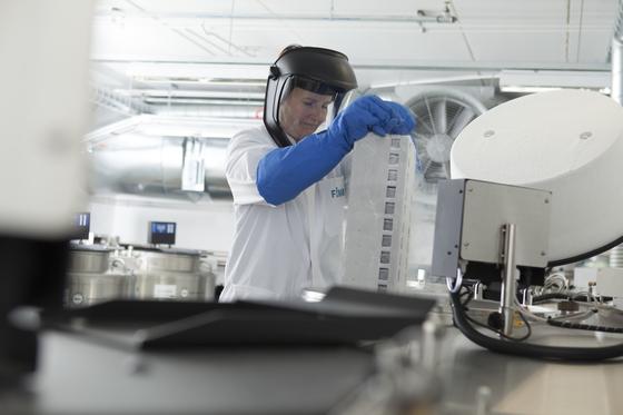 핀란드 헬싱키대 분자의학연구소 에서 지놈 정보 빅데이터를 위해 기증받은 인체조직 샘플(아래 사진)을 연구하고 있다. 핀란드는 인구의 10%인 50만 명의 지놈 정보를 빅데이터로 구축하 고 있다. [사진 헬싱키대]