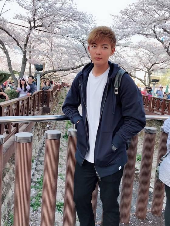 왕웨이중이 지난 4월 진해 벚꽃축제에 방문해 기념사진을 찍었다. [사진 왕웨이중 SNS]