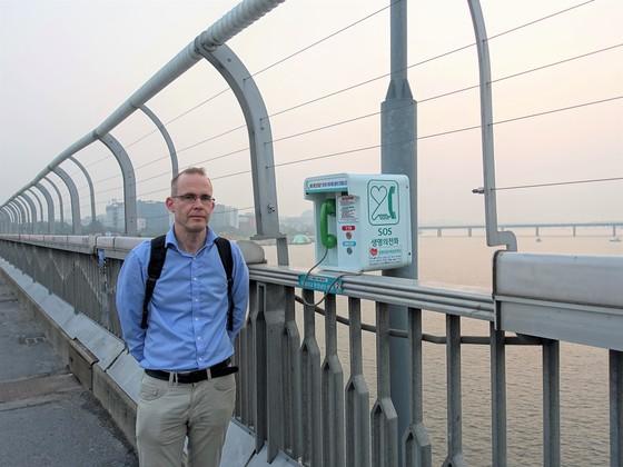 서울 마포대교를 둘러보고 있는 케네스 스벤슨 스웨덴 교통안전국 특별고문 [한국자살예방협회]