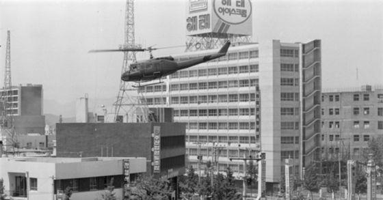 5·18 당시 광주 전일빌딩 앞을 헬기가 날고 있다. [중앙포토]