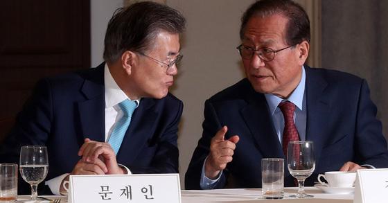 문재인 대통령과 정세현(오른쪽) 전 통일부 장관. 2017년 2월 모습 [중앙포토]