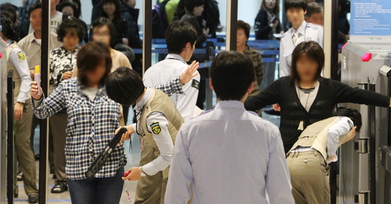 인천공항 보안검색 자료 사진. [중앙포토]