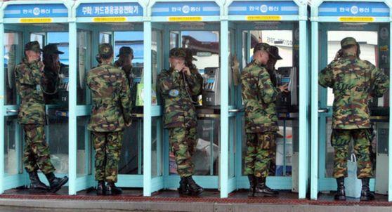 휴가를 나온 병사들이 서울역 앞에서 공중전화를 이용하고 있다 [중앙포토]