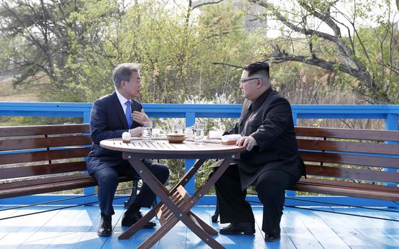 문재인 대통령과 김정은 국무위원장은 공동 식수를 마친 후 군사분계선 표식물이 있는 '도보다리'까지 산책을 하며 담소를 나누고 있다.
