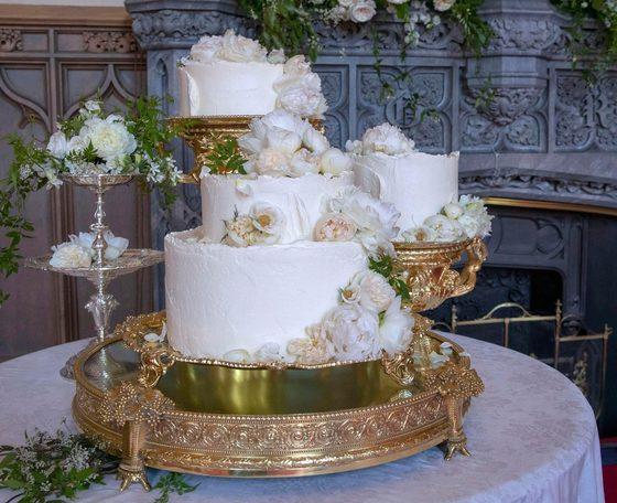 19일 열린 해리 왕자와 메건 마클 결혼식에 쓰인 웨딩 케이크. 장미와 모란 생화를 장식으로 썼다.