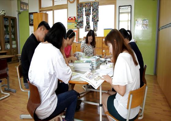 2017 성평등 시범학교로 선정됐던 충북 북이초등학교 교사들이 연수 협의를 하던 모습이다. (사진=한국양성평등교육진흥원)