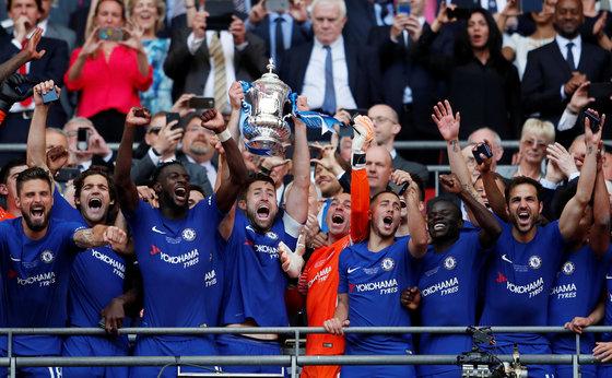 2017-2018 잉글랜드 FA컵 우승트로피를 들어올리는 첼시 선수들. [로이터=연합뉴스]