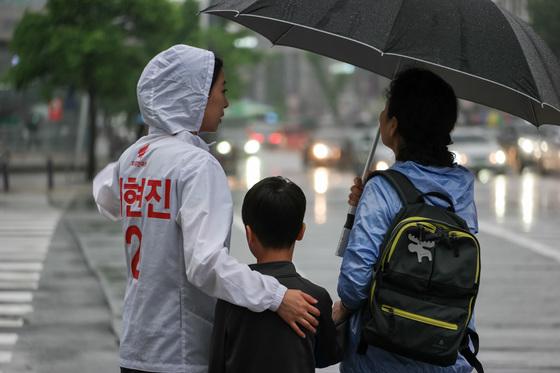 배현진 후보가 17일 오전 서울 잠실새내역 근처에서 출근하는 시민들에게 인사를 건네고 있다. [배현진 캠프 제공]