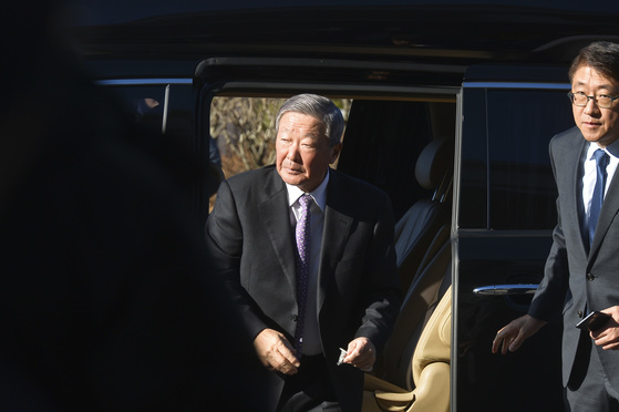 구본무 LG 회장이 2016년 12월 국회 청문회에 참석하기 위해 차에서 내리고 있다. [중앙포토]