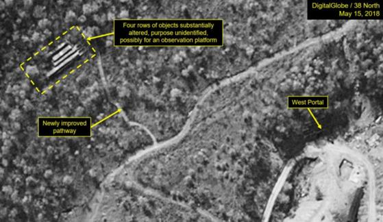 미국의 북한전문매체 '38노스'는 19일(현지시간) 북한이 폐기를 결정한 풍계리 핵실험장의 15일 촬영된 위성사진을 근거로 공개 폐기 관측을 위한 전망대가 설치 중이라고 보도했다. 사진은 전망대로 보이는 목조 건축물이 설치 중인 것으로 추정되는 지점. [사진 38노스]
