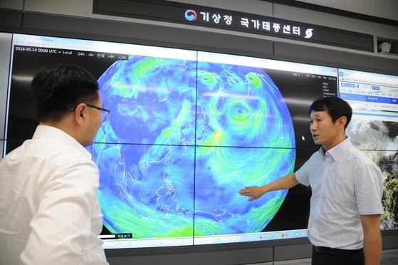국가태풍센터 2층 상황실에서 근무 중인 태풍 예보관들. [사진 기상청]