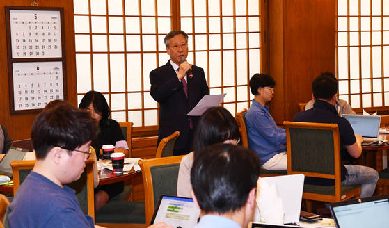 20일 오후 춘추관에서 반장식 일자리수석이 기자단과 현재의 고용상황과 향후 예상에 관련해 간담회를 갖고 있다 2018.5.20. 청와대사진기자단