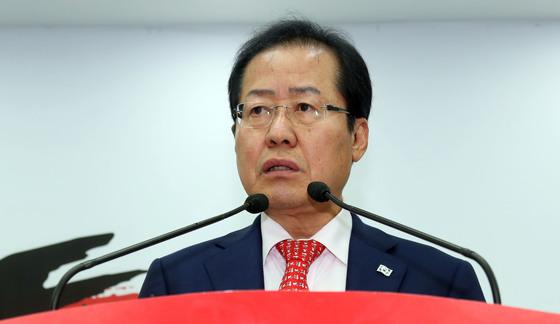 홍준표 자유한국당 대표가 17일 서울 여의도 당사에서 북미회담을 앞두고 미국에 요구하는 공개서한을 발표했다.