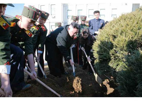 북한 김정은과 리설주가 지난해 3월 2일 북한 식수절(식목일)에 만경대 혁명학원을 찾아 원아들과 함께 나무를 심었다. [중앙포토]