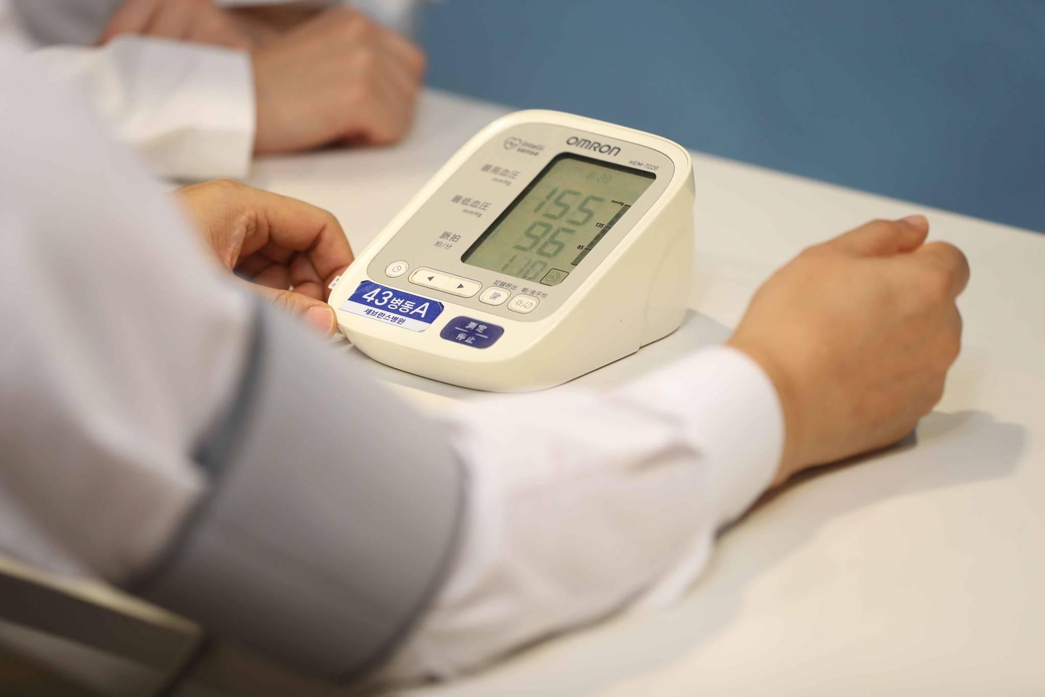 서울 신촌 세브란스병원에서 한 고혈압 환자가 혈압을 재고 있다. 지난해 고혈압 기준이 내려간 미국과 달리 우리는 현행 기준을 유지키로 했다. [중앙포토]