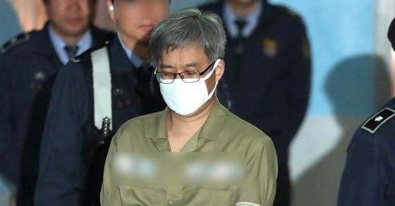 댓글조작 사건으로 구속된 '드루킹' 김모씨가 2일 첫 재판을 받기 위해 서울중앙지법에 도착해 호송차에서 내리고 있다. 최승식 기자