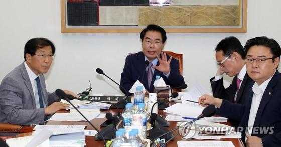 국회 예산결산위원회 예산안조정소위원회 위원들이 의견을 나누는 모습. [연합뉴스]