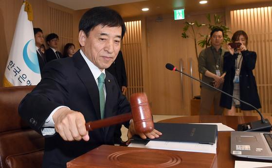 지난달 12일 한국은행에서 열린 금융통화위원회에 참석한 이주열 한국은행 총재가 회의 시작을 알리는 의사봉을 치고 있다. 변선구 기자