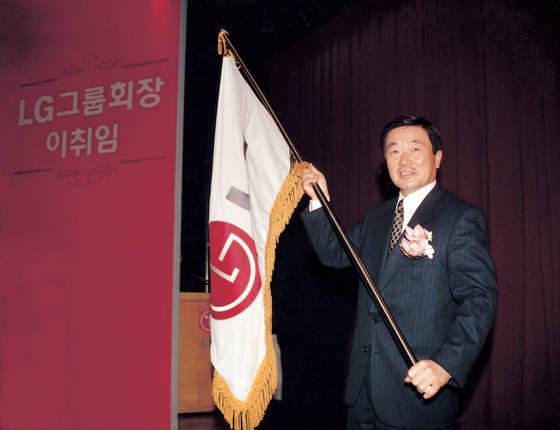 """구본무 1945~2018 : LG 3세 경영 시작 - 구본무 LG그룹 회장이 1995년 2월 열린 LG 회장 이·취임식에서 LG 깃발을 흔들고 있다. 구 회장 취임에 앞서 LG는 럭키금성이란 사명을 버렸다. 그는 취임사를 통해 '초우량 LG를 만들겠다""""고 강조했다. [연합뉴스]"""