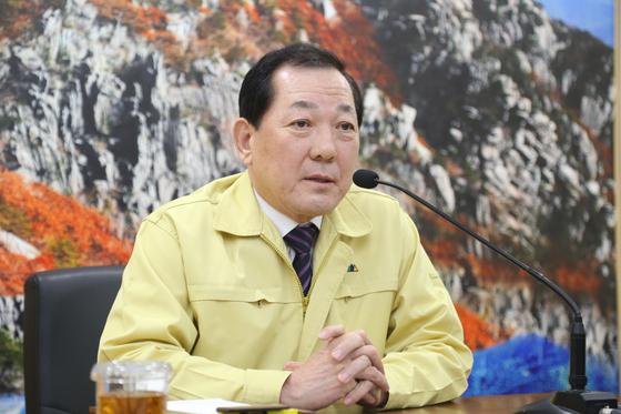지난 1월 18일 김항곤 경북 성주군수가 3선 불출마 선언을 하고 있다. [사진 성주군]