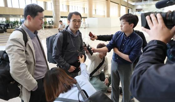 풍계리 핵실험장 폐쇄 공동취재단이 21일 김포공항 출국장에서 베이징 출국에 앞서 취재진과 인터뷰 하고 있다. [사진공동취재단]