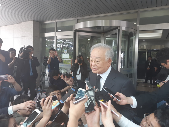 21일 고(故) 구본무 LG그룹 회장의 빈소를 찾은 손경식 CJ그룹 회장이 기자들의 질문에 답하고 있다. [정진호 기자]