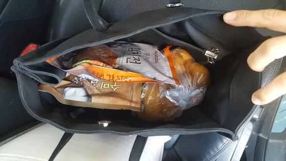 지난 13일 경기도 이천의 한 대형마트에서 검거 당시 양씨의 가방에서 발견된 식료품들. [서울 서초경찰서]