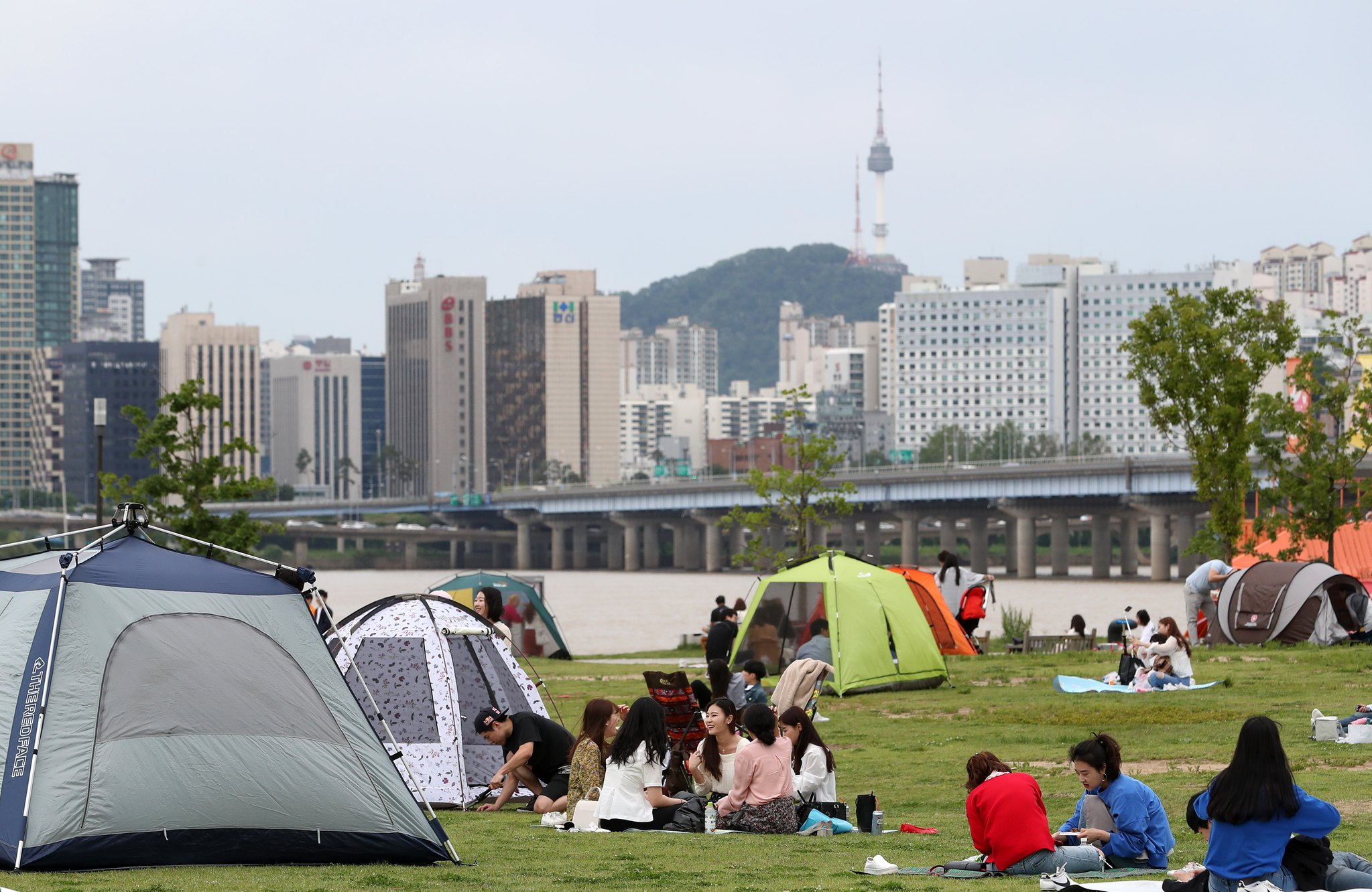 화창한 봄날씨를 보인 20일 서울 여의도 한강공원을 찾은 시민들이 텐트를 치고 둘러앉아 휴일을 만끽하고 있다. [뉴스1]