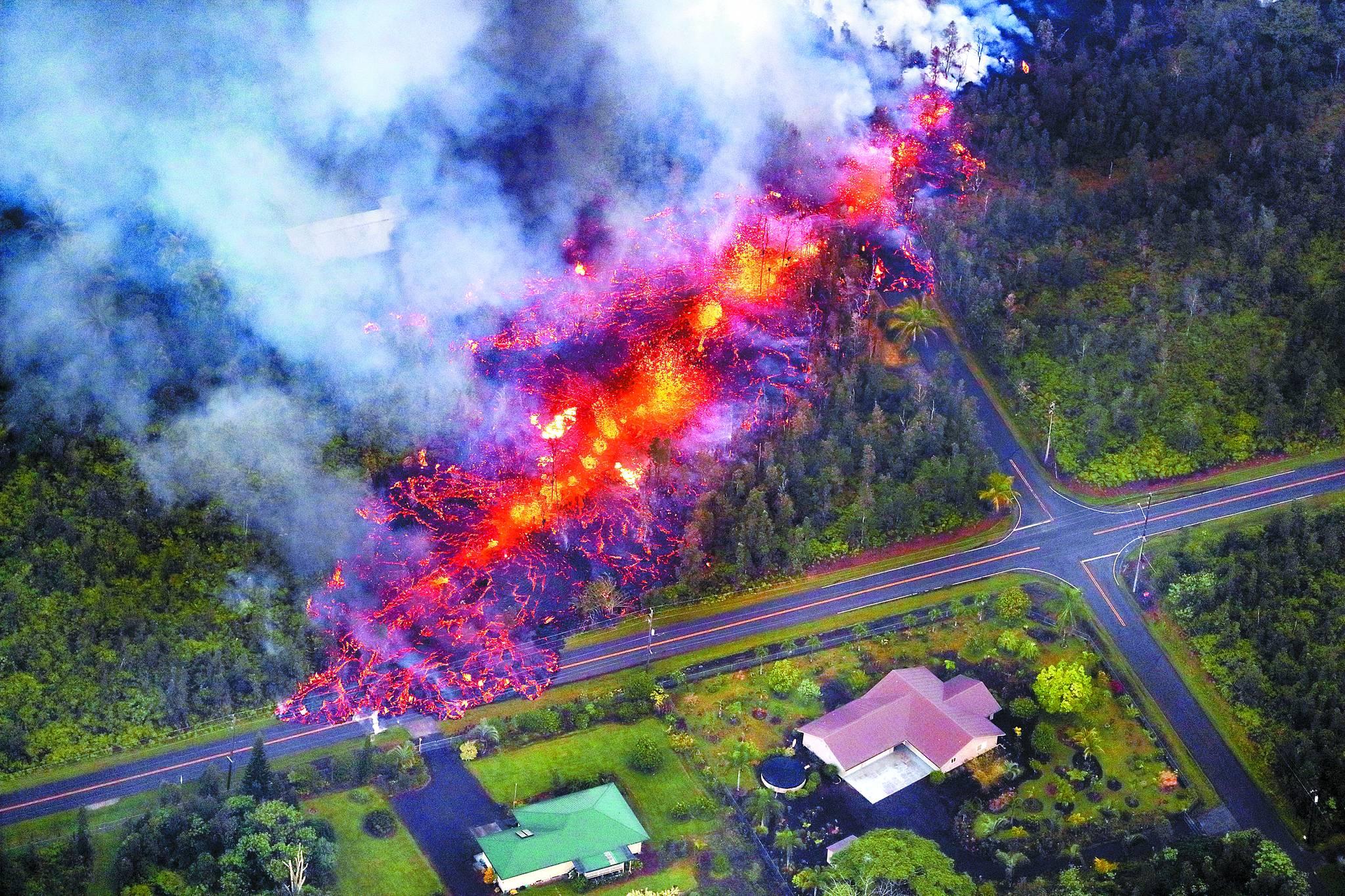 킬라우에아 화산 폭발로 용암이 시가지를 덮친 하와이. [EPA]