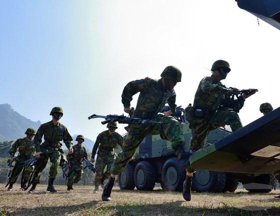 대만 육군 장병이 지난달 열린 훈련에서 CM-32 장갑차에 오르고 있다. 이 장갑차는 대만이 자체 개발한 것이다. [EPA=연합]