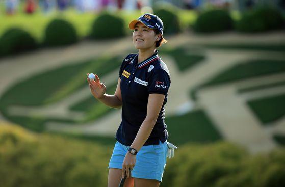 21일 LPGA 투어 킹스밀 챔피언십 18번홀에서 파 퍼트를 한 뒤, 홀 아웃하는 전인지. [AFP=연합뉴스]