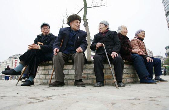 중국 남서부 도시인 쑤이닝시에 모여있는 노인들. [로이터=연합뉴스]