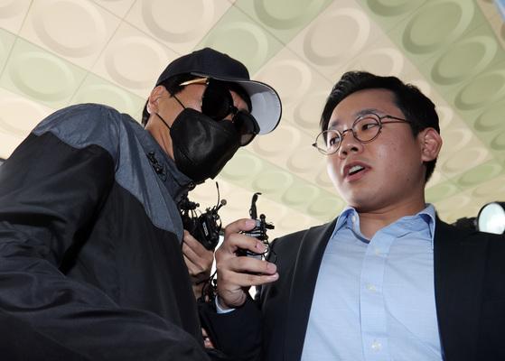 22일 유튜버 양예원씨의 폭로로 밝혀진 '성추행 스튜디오'의 모집책이 서울 마포경찰서 조사실로 향하고 있다. 김경록 기자