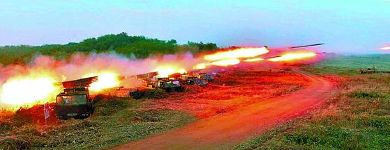 지난 2013년 당시 국방위원회 제1위원장이던 김정은이 참관한 가운데 화력 타격 훈련이 진행됐다. [사진 노동신문]