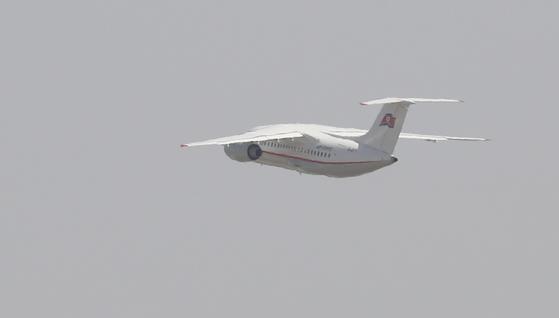 풍계리 핵실험장 폐기 행사 국제기자단이 탑승한 고려항공 여객기가 22일 오전 중국 베이징 서우두 공항에서 이륙하고 있다. [사진 공동취재단]
