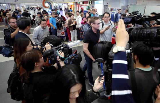 22일 오전 CNN 윌 리플리를 비롯한 풍계리 취재단이 베이징공항에서 북한 원산행 고려항공 탑승을 위해 출국하고 있다. [사진공동취재단]