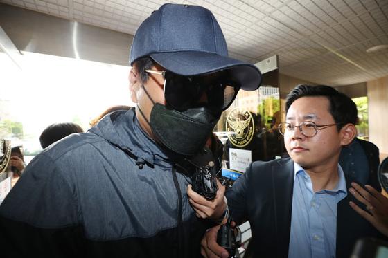 3년 전 비공개 촬영회에서 일어난 모델 성추행 의혹과 관련해 모집책을 담당한 피고소인 남성이 22일 오전 경찰 조사를 받기 위해 서울 마포경찰서로 들어서고 있다. [연합뉴스]