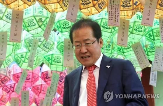 홍준표 자유한국당 대표가 석가탄신일을 하루 앞둔 21일 오후 부산 금정구에 있는 범어사를 찾아 삼배하고 대웅전을 나서고 있다. [연합뉴스]