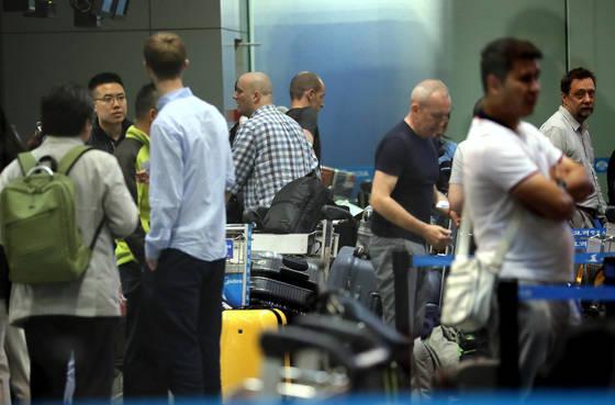 풍계리 핵실험장 폐기 행사 국제기자단이 22일 오전 중국 베이징 서우두 공항 고려항공 카운터에서 발권을 진행하고 있다. [사진공동취재단]