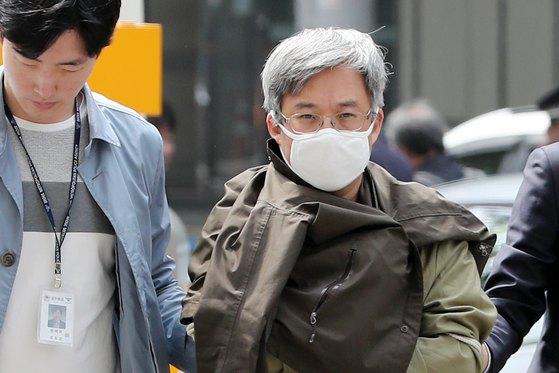 '드루킹' 김동원씨가 최근 댓글조작 혐의 조사를 받기 위해 서울경찰청 사이버범죄수사대로 압송되고 있다. [뉴스1]