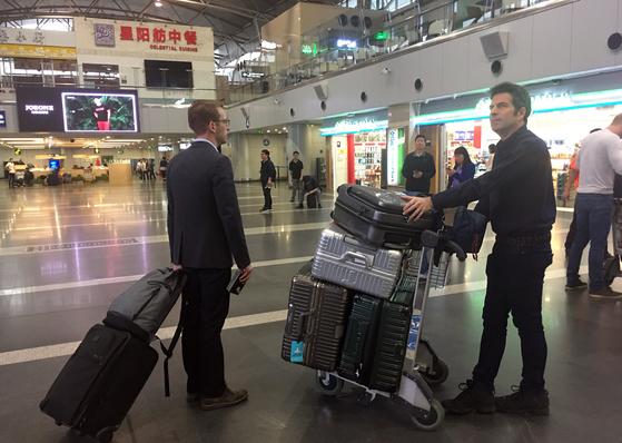 22일 오전 중국 베이징(北京) 서우두(首都) 공항에서 북한의 풍계리 핵실험장 취재에 초청받은 외신 기자들이 고려항공 전세기를 타기위해 출국장에서 대기하고 있다. [연합뉴스]