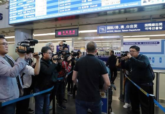 윌 리플리 CNN 기자가 풍계리 핵시설 폐쇄 행사 취재를 위해 22일 북한 원산으로 가는 고려항공을 탑승하기위해 베이징공항을 통해 출국하고 있다. [사진공동취재단]
