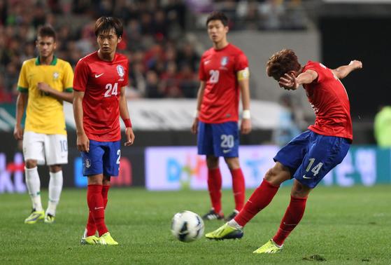 축구대표팀 손흥민이 지난 2013년 10월 12일 브라질과 평가전에서 프리킥을 차고 있다. [중앙포토]