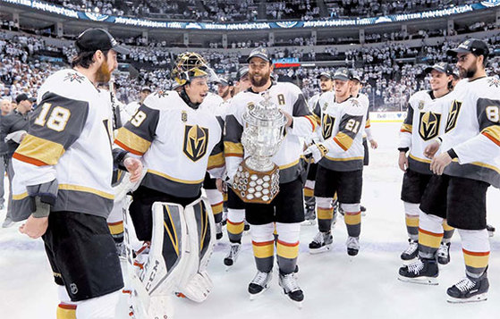 NHL 베이거스 선수들이 스탠리컵 결승에 진출한 뒤 기뻐하고 있다. 라스베이거스 연고 팀인 베이거스는 리그 참가 첫 시즌에 기적을 연출했다. [AFP=연합뉴스]