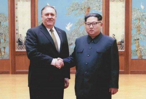 마이크 폼페이오 미국 국무부 장관과 김정은 북한 국무위원장이 악수를 하고 있다.