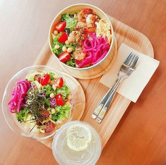 다양한 채소와 곡물이 토핑으로 함께 올라간 포케보울은 하와이 서퍼들이 즐겨 먹는 음식으로 간편하면서도 열량과 영양이 풍부해 도심 속 직장인들의 점심 메뉴로도 인기를 끌고 있다. [사진 알로하 포케]