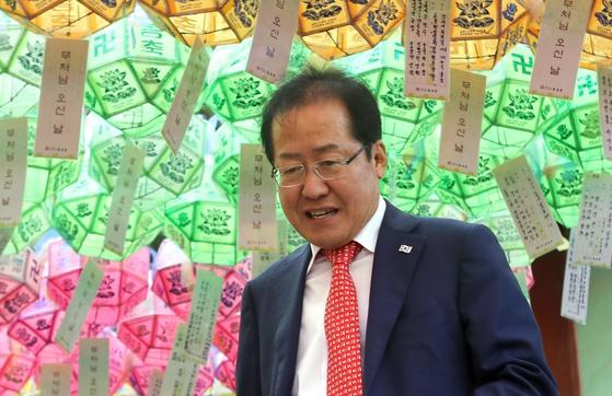 자유한국당 홍준표 대표가 21일 오후 석가탄신일(22일)을 앞두고 부산 금정구에 있는 범어사를 찾아 삼배하고 대웅전을 나서고 있다. [연합뉴스]