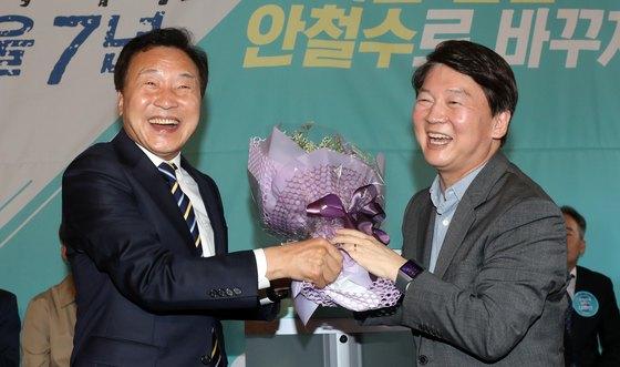 안철수 바른미래당 서울시장 후보가 6일 서울 홍대의 한 카페에서 열린 선거대책위원위 발대식에서 손학규 선대위원장에게 꽃다발을 받고 환하게 웃고 있다. [뉴스1]